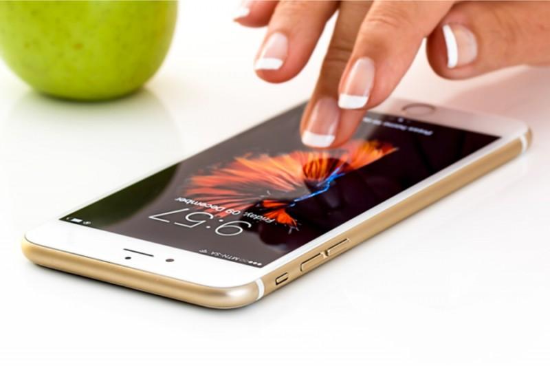 Junge Hand tippt auf Smartphone